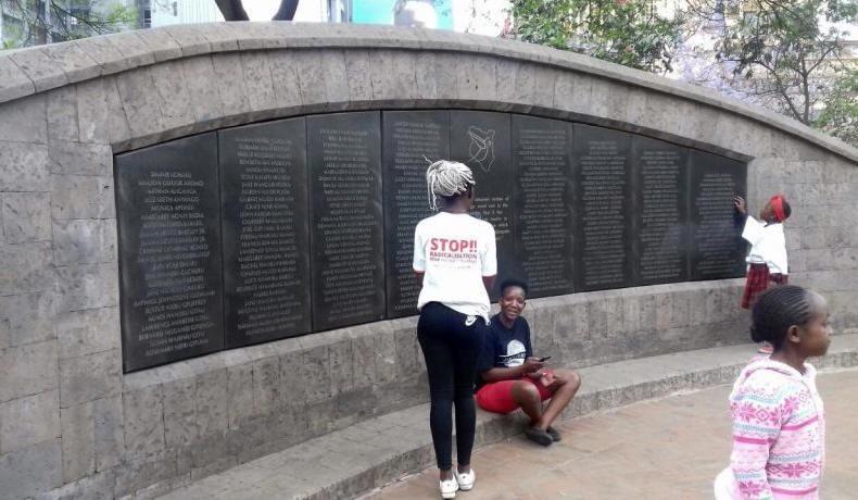 Emlékfal az Augusztus 7. emlékparkban