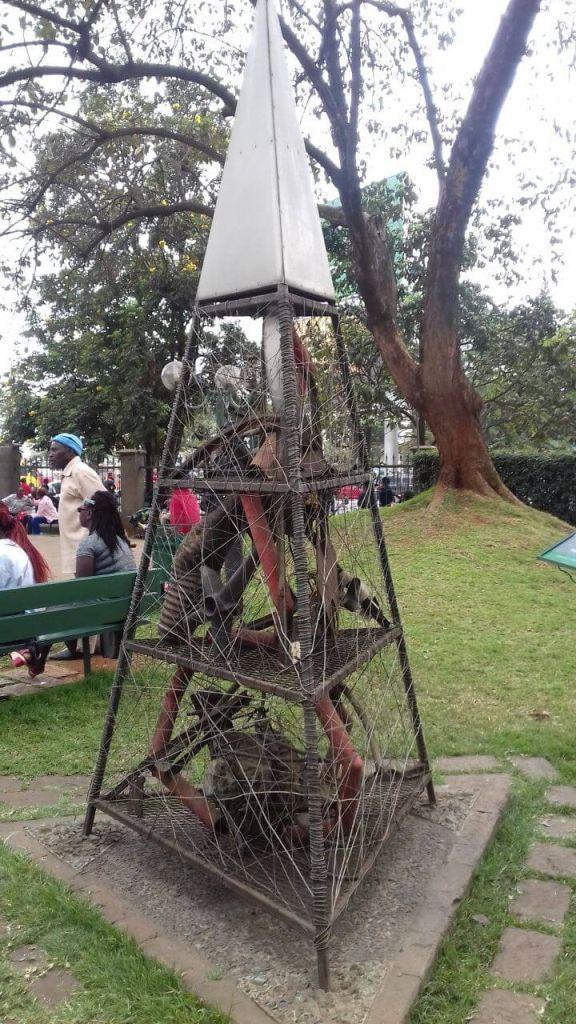 Vasszobor az Augusztus 7. emlékparkban