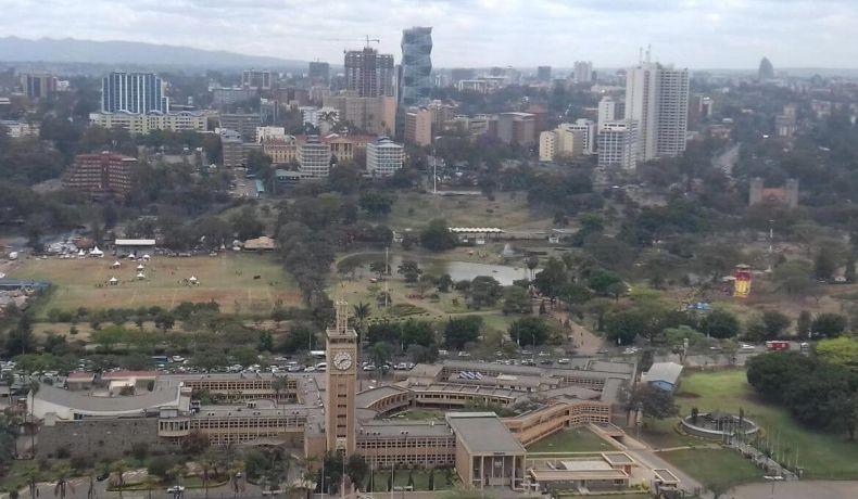 Nairobi városnézés - Kilátás a Kenyatta Nemzetközi Konferencia Központ tetejéről a Parlamentre és az Uhuru Parkra