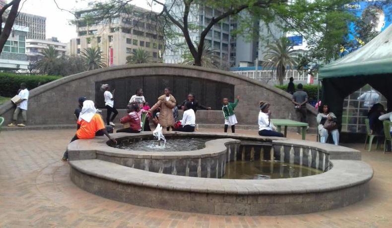 Nairobi városnézés – Szökőkút az Augusztus 7.. emlékparkban